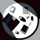 Vista superior de la tabla de la oficina con el ordenador portátil, tableta, taza de tarjeta del café, del smartphone y de crédit Fotos de archivo