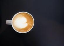 Vista superior de la taza blanca de la taza que contiene el café caliente Imagen de archivo libre de regalías
