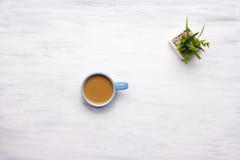 Vista superior de la taza de café en el fondo de madera blanco fotografía de archivo libre de regalías