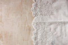 Vista superior de la tela hermosa hecha a mano del cordón del vintage sobre la tabla de madera Fotografía de archivo libre de regalías