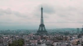 Vista superior de la torre Eiffel y de los tejados del capital Cámara lenta de París, Francia Coches del paisaje urbano en el cam almacen de video