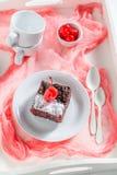 Vista superior de la torta de chocolate con la migaja y las cerezas fotografía de archivo