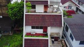 Vista superior de la vecindad suburbana en Bangkok Vista aérea de los tops del estacionamiento y del tejado de urbanización de Ta metrajes