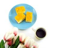Vista superior de la vida de la taza y todavía de la torta de café de la mañana Foto de archivo libre de regalías