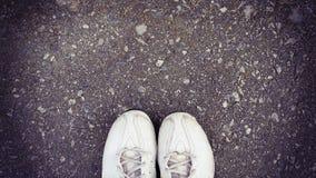 Vista superior de la zapatilla de deporte vieja en la calle con el espacio de la copia, estilo del vintage Imagen de archivo