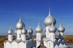Vista superior de las bóvedas de las catedrales en el Kremlin, Rostov el grande imágenes de archivo libres de regalías
