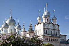 Vista superior de las bóvedas de las catedrales en el Kremlin, Rostov el Grea imagen de archivo libre de regalías