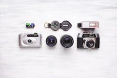 Vista superior de las cámaras del vintage en un fondo de madera blanco Imagen de archivo
