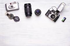 Vista superior de las cámaras del vintage en un fondo de madera blanco fotos de archivo libres de regalías