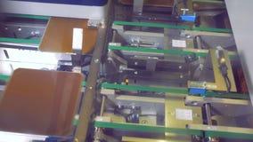 Vista superior de las células solares del módulo que se mueven a lo largo de dos filas de la banda transportadora Concepto verde  metrajes