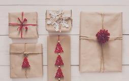 Vista superior de las cajas de regalo en la madera blanca Fotografía de archivo libre de regalías
