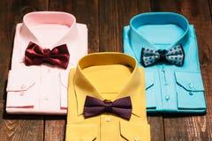 Vista superior de las camisas de los hombres coloridos con los lazos imagenes de archivo