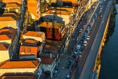 Vista superior de las casas en el río del Duero del banco, Oporto imagen de archivo libre de regalías
