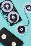 vista superior de las cintas de video dispuestas retras fotos de archivo