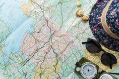 Vista superior de las cosas del viaje para viajar Imagen de archivo