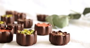 Vista superior de las diversas almendras garapiñadas del chocolate aisladas en el fondo blanco Caramelos de chocolate exclusivos  imagenes de archivo