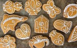 Vista superior de las galletas del pan de jengibre en fondo de madera Imagenes de archivo