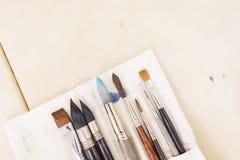 Vista superior de las herramientas del ` s del artista mientras que trabaja con la pintura de la acuarela Foto de archivo