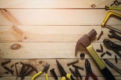 Vista superior de las herramientas prácticas oxidadas de la variedad en fondo de madera con Foto de archivo