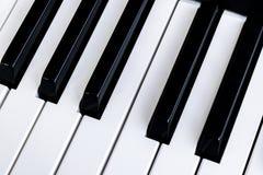 Vista superior de las llaves del piano Primer de los claves del piano Opinión frontal cercana del viTop de las llaves del piano P fotos de archivo libres de regalías
