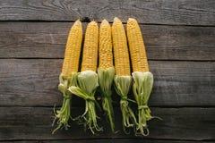 vista superior de las mazorcas de maíz crudas frescas dispuestas imagenes de archivo