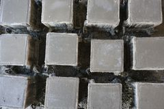 Vista superior de las muestras concretas del cubo que echan en el molde de acero imágenes de archivo libres de regalías