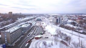 Vista superior de las pistas ferroviarias en la ciudad en invierno clip Trabajadores en la pista ferroviaria La visi?n desde la t metrajes