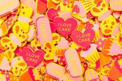 Vista superior de las porciones de etiquetas engomadas caramelo-coloreadas de la espuma que representan corazones, mariposas y la foto de archivo libre de regalías