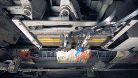 Vista superior de las revistas que sujetan con grapa de la máquina industrial uno por uno almacen de video