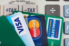 Vista superior de las tarjetas de crédito en telclado numérico de la calculadora Fotos de archivo