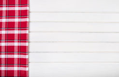 Vista superior de las toallas de cocina a cuadros en la tabla de madera Fotos de archivo libres de regalías