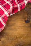 Vista superior de las toallas de cocina a cuadros en la tabla de madera foto de archivo
