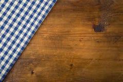 Vista superior de las toallas de cocina a cuadros en la tabla de madera imagenes de archivo