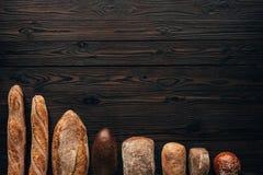 vista superior de loafs de pão arranjados Imagem de Stock