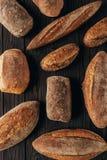 vista superior de loafs de pão arranjados Fotos de Stock Royalty Free