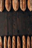 vista superior de loafs de pão arranjados e de baguettes franceses Fotos de Stock
