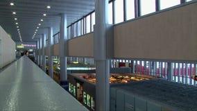 Vista superior de lojas isentas de direitos aduaneiros no aeroporto vazio vídeos de arquivo