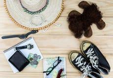 Vista superior de los accesorios del ` s del viajero, artículos esenciales de las vacaciones, fondo del concepto del viaje Fotos de archivo