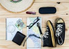 Vista superior de los accesorios del ` s del viajero, artículos esenciales de las vacaciones, fondo del concepto del viaje Imagen de archivo libre de regalías