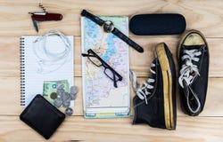 Vista superior de los accesorios del ` s del viajero, artículos esenciales de las vacaciones, Tr Imágenes de archivo libres de regalías