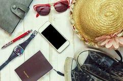 Vista superior de los accesorios del ` s del viajero, artículos esenciales de las vacaciones Imagen de archivo libre de regalías