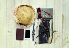 Vista superior de los accesorios del ` s del viajero, artículos esenciales de las vacaciones Fotografía de archivo