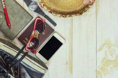Vista superior de los accesorios del ` s del viajero, artículos esenciales de las vacaciones Fotografía de archivo libre de regalías