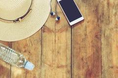 Vista superior de los accesorios del verano en cubierta de madera Imagen de archivo libre de regalías