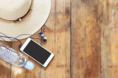 Vista superior de los accesorios del verano en cubierta de madera Foto de archivo libre de regalías