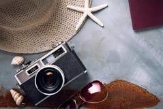 Vista superior de los accesorios del verano de la playa Fotos de archivo libres de regalías