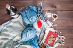 Vista superior de los accesorios del verano para la mujer moderna en sus vacaciones Imágenes de archivo libres de regalías