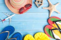 Vista superior de los accesorios del viaje en el piso de madera azul claro FO del tablón Foto de archivo
