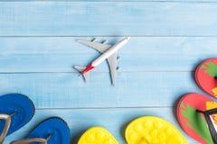 Vista superior de los accesorios del viaje en el piso de madera azul claro FO del tablón Fotos de archivo