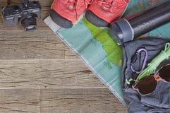 Vista superior de los accesorios del viaje para un viaje de la montaña en viejo fondo de madera Imagen de archivo libre de regalías